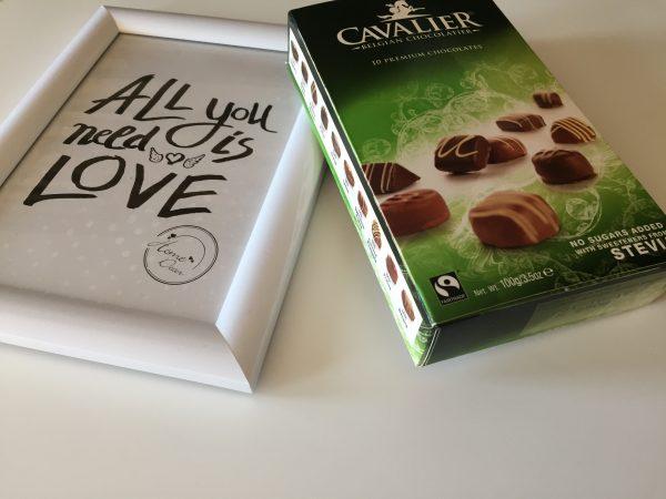 Cavalier čokolada na mizi.